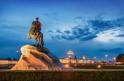 Monument till Peter det stort i natten royaltyfri foto
