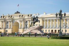 Monument till Peter det stort på bakgrunden av byggnaden av den konstitutionella domstolen av Ryssland petersburg saint Arkivfoto