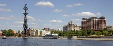 Monument till Peter det stort på Moskvafloden Arkivbild