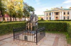 Monument till Peter The Great på bakgrund av vakthuset Arkivfoton