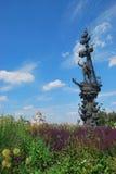 Monument till Peter I och domkyrkan av Kristus frälsaren mot blommor Royaltyfria Foton