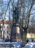 Monument till Peter som de stora i Petrovsky parkerar Kronstadt Royaltyfria Bilder