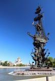 Monument till Peter 1 som står i mitten av Moskva Arkivfoto