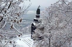 Monument till Prince Vladimir i snowen Royaltyfria Bilder