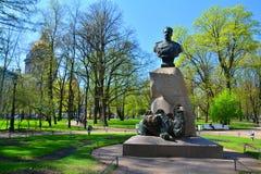 Monument till Przhevalsky i Alexander Garden i St Petersburg Arkivfoton