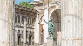 Monument till romersk kejsareConstantine I timelapse i Milan som är främst av den San Lorenzo Maggiore basilikan stock video