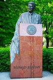Monument till Ronald Regan i Warszawa, Polen Arkivfoto