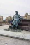 Monument till ryssförfattaren Anton Chekhov framme av medicinsk forskning och den bildande mitten av Moskvadelstatsuniversitetet Royaltyfria Foton