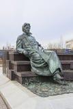 Monument till ryssförfattaren Anton Chekhov framme av medicinsk forskning och den bildande mitten av Moskvadelstatsuniversitetet Royaltyfri Fotografi