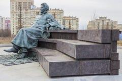 Monument till ryssförfattaren Anton Chekhov framme av medicinsk forskning och den bildande mitten av Moskvadelstatsuniversitetet Royaltyfria Bilder