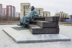 Monument till ryssförfattaren Anton Chekhov framme av medicinsk forskning och den bildande mitten av Moskvadelstatsuniversitetet Royaltyfri Bild