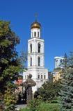 Monument till A S Pushkin och belltower av den soliga dagen för Iversky kloster utom fara samara Royaltyfria Bilder