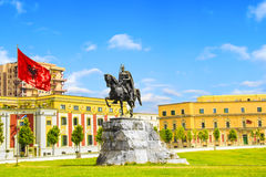 Monument till Skanderbeg i den Scanderbeg fyrkanten i mitten av Tirana, Albanien royaltyfri foto