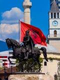 Monument till Skanderbeg i mitten av Tirana, Albanien royaltyfria bilder