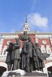 Monument till skaparna av ryska järnvägar mot backgroen arkivfoton