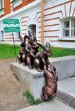 Monument till små hare som hjälper deras vän på den Peter och Paul fästningen i St Petersburg, Ryssland Arkivfoton
