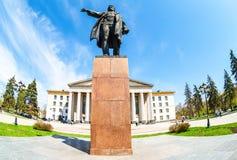 Monument till sovjetisk statsman S M Kirov som är främst av slott av kultur arkivbilder