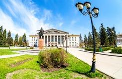 Monument till sovjetisk statsman S M Kirov som är främst av slott av kultur royaltyfri fotografi