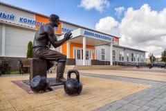Monument till strongmanen Prokofiev Ryabov Panino Ryssland Royaltyfri Foto
