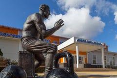 Monument till strongmanen Prokofiy Ryabov Panino Ryssland Arkivfoton