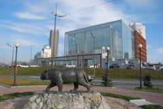 Monument till tigern på bakgrunden av den Mariinsky teatern Royaltyfri Bild