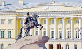 Monument till tsar Peter framme av den konstitutionella domstolen Fotografering för Bildbyråer