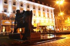 Monument till Ulas Samchuk i Rivne, Ukraina Arkivbilder
