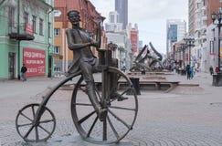 Monument till uppfinnaren av cykeln Arkivfoto