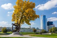 Monument till vitrysserna långt från deras hemland nära Treenighetförorten på den Svisloch invallningen royaltyfria bilder
