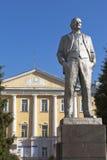 Monument till Vladimir Lenin på bakgrund den Vologda delstatsuniversitetet, Ryssland Royaltyfri Fotografi