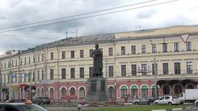 Monument till Yaroslav Wise på den Bogoyavlenskoy fyrkanten på en molnig dag för sommar yaroslavl arkivfilmer