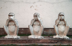 Monument & x27; tre klok monkeys& x27; i hinduisk ashram arkivfoto