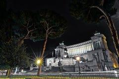 Monument und das Altare-della Patria Emmanuel II in einer Sommernacht nahe Baum in Rom, Italien Stockfoto