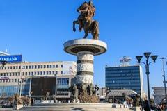 Monument van Alexander The Great in het hoofdvierkant van Skopje met mensen die overgaan door Royalty-vrije Stock Fotografie