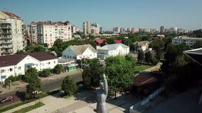 Monument van Dageraad in de stad van Krasnodar, een symbool van geloof in de rooskleurige toekomst van Rusland stock footage