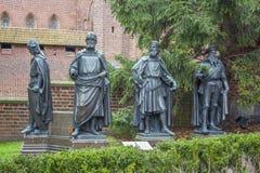Monument van de Grote Meesters bij het kasteel in Malbork, Polen Stock Foto