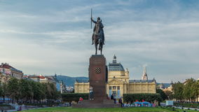 Monument van de Kroatische Koning Tomislav timelapse hyperlapse en kunstpaviljoen in kleurrijk park, in Zagreb, kapitaal van stock video