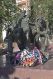 Monument van de Lopende Rode Legermilitairen bij het massagraf van valschermjagers in Evpatoria, de Krim stock foto