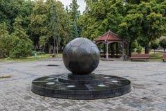 Monument van Euro 2012 in de vorm van een voetbalbal, Kharkov Stock Foto
