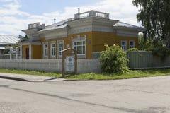 Monument van houten architectuur van de XIX eeuw op Mayakovsky-Straat in de stad van Vologda Stock Fotografie