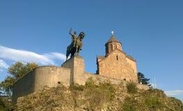 Monument van Koning Vakhtang Gorgasali dichtbij Metekhi-Kerk Stock Foto's