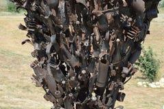 Monument van mijnen, granaten, kogels en shell fragmenten Om nakomelingen van de verschrikkingen van oorlog te herinneren De grot Royalty-vrije Stock Afbeeldingen