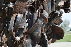 Monument van mijnen, granaten, kogels en shell fragmenten Om nakomelingen van de verschrikkingen van oorlog te herinneren De grot Royalty-vrije Stock Fotografie