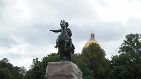 Monument van Russische keizer Peter Groot, dat als de Ruiter van het Brons wordt bekend, in Heilige Petersburg, Rusland stock video