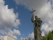 Monument van St Wladimir het Borovitskaya-vierkant stock footage