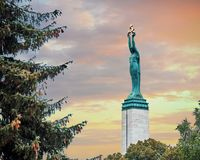 Monument van Vrijheid in Riga Vrouw die drie gouden sterren houden die drie gebieden van Letland symboliseren stock afbeelding