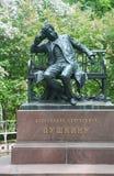 Monument vers Pushkin dans un jardin de salle de conférence de Tsarskoye Selo Image libre de droits