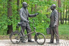 Monument von Bruno Pontecorvo und von Venedikt Dzhelepov in Dubna, Ru Stockbilder