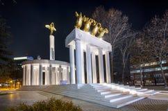 Monument von den Helden belichtet nachts Skopje stockfotografie
