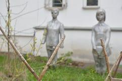 Monument von zwei Kindern in der postsowjetischen Wirklichkeit stockbilder